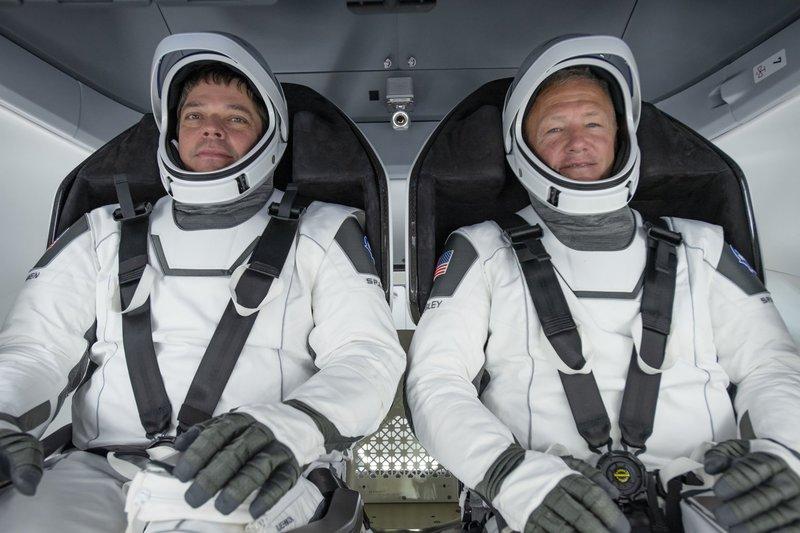 Posádka prvního pilotovaného Dragonu - Robert Behnken a Douglas Hurley (wikimedia.org)