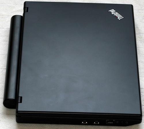 Zavřený ThinkPad X100e zleva