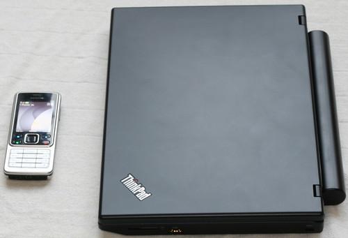 ThinkPad X100e při srovnání s mobilem