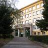 Takto vyzerá Spojená škola Novohradská: Gymnázium Jura Hronca v pravom krídle, Základná škola a Gymnázium Košická v ľavom