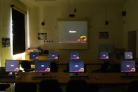 Na počítačích i na promítacím plátně čekají přihlašovací obrazovky Ubuntu