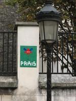 Takovéhle potvory potkáte po Paříži na zdech celkem často